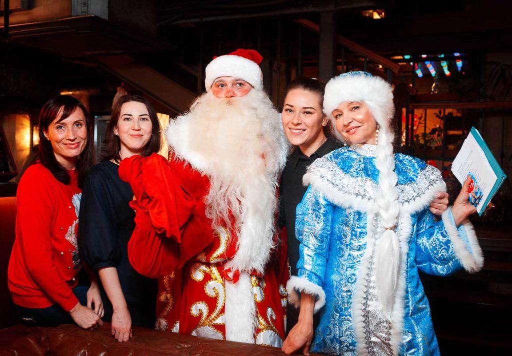 Дед Мороз и Снегурочка в кругу людей